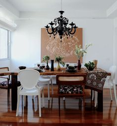 Sala de jantar com cadeiras diferentes