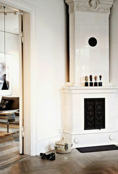 I like this apartment that belongs to Copenhagen based fashion designer Naja Munthe. Naja's design. Style At Home, Scandinavian Style, Deco Ethnic Chic, Home Renovation, Mantel Styling, Danish Apartment, House Design Photos, Fireplace Mantle, White Fireplace