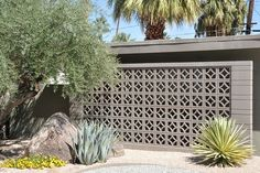 Screen block wall - very mid century modernist Modern Exterior, Exterior Design, Breeze Block Wall, Mid Century Exterior, Modern Landscaping, Concrete Wall, Mid Century House, Outdoor Gardens, Landscape Design