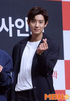 Chanyeol - 160902 Lotte Pepero fansign Credit: MBN Star. (롯데 빼빼로 팬사인회)