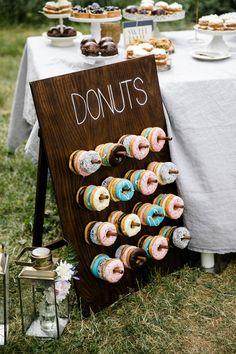 Donut Wall auf der Hochzeit #donutwall #hochzeit #rustikal #schlicht #donut #sweettable Moderne Scheunenhochzeit auf Kulturgut Wrechen | Hochzeitsblog The Little Wedding Corner