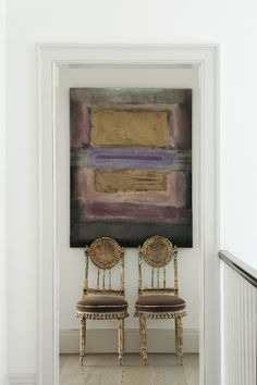 """lesliecohen: """"Painting over twin antique gold gilt crusty chairs styling by: Leslie Cohen photo credit: Amy Vischio """""""