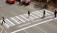 Creatief zebra pad in een winkelstraat in Brazilië.