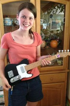 Electric Ukulele - Awesome! It would b so cool 2 get 2 play this!!! I like playing my soprano one.