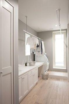 キッチンから繋がる洗濯室。洗濯物がそのままベランダに干せる利便性のあるつくりがポイント。主婦の導線を考え、日々の快適な家事をサポート。落ち着きのあるペールグリーンのペイントが映える。