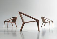 Loft est un fauteuil en noyer massif salon avec des surfaces planes large s'étendant et se fondre dans les bras maigres sinewed. La menuiserie complexe est parfaitement fondu, mettre en valeur le c…