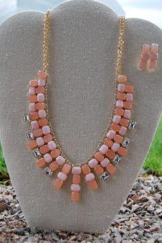 Set de collar con cristales color rosa con aretes de poste $169.00