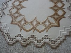 Discover thousands of images about Lino verde ritorto colorato e punto bargello per l' asciugamano . Broderie Bargello, Bargello Needlepoint, Bargello Quilts, Hardanger Embroidery, Embroidery Patterns, Cross Stitch Patterns, Plastic Canvas Crafts, Cutwork, Needlework
