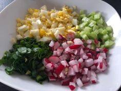 Pyszna sałatka do grilla! To moja druga ulubiona sałatka, która idealnie pasuje do dań z rusztu (pierwsza to sałatka ziemniaczana na którą przepis znajdziecieTUTAJ ). Fajne połączenie smakowe jajek z ogórkiem, rzodkiewkami i szczypiorkiem sprawia, że sałatka świetnie komponuje się z grillowanym mięsem, rybami oraz warzywami. Polecam!   Składniki: 3-4 jajka 1 długi ogórek … Grill Party, Polish Recipes, Side Salad, Cobb Salad, Cabbage, Grilling, Salads, Lunch Box, Food And Drink