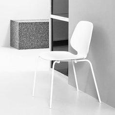 Zeitlos, klassisch, modern, einfach und praktikabel: Der Stuhl aus lackierter Esche und pulverbeschichtetem Stahl. Hier entdecken und shoppen: http://sturbock.me/h0m