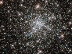 A unos 13.000 años luz de distancia hacia el sur de la constelación Pavo, el cúmulo globular de estrellas vaga por el halo de nuestra galaxia, la Vía Láctea. A más de 10 millones de años, NGC 6752 contiene más de 100 mil estrellas en una esfera de unos 100 años luz de diámetro, pero el marco de la imagen del Hubble se extiende por el centro de 10 o menos años-luz y se resuelve estrellas cerca del núcleo del cúmulo denso.