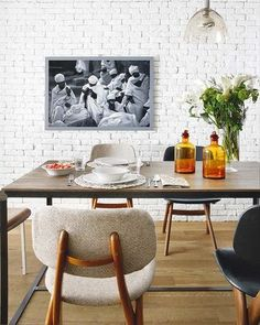 Mesa de comedor con tarros antiguos de farmacia