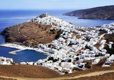 La colata di casette bianche farebbe pensare ad un isola delle #Cicladi ma #Astypalea appartiene al #Dodecaneso. #grecia #isolegreche #spiaggia #viaggio #vacanza #igersitalia #estate by isolegrechecom
