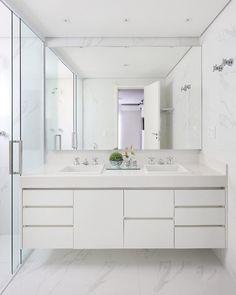 Elegância define esse projeto! Quis criar uma atmosfera de spa em casa nesse banheiro e para isso, apostei principalmente no layout e nos… Upstairs Bathrooms, Chic Bathrooms, Laundry In Bathroom, Dream Bathrooms, Bathroom Storage, Bathroom Design Small, Bathroom Layout, Bathroom Interior Design, Philippines House Design