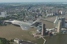 F-35 boven Rotterdam met op de achtergrond de Erasmusbrug. Foto: Frank Crebas