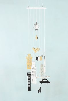 Add a touch of modernity and playfulness to your baby nursery with these city mobiles. New York, Amsterdam , Paris, Lisbon... Which is your favourite city? These mobiles allow the sun to shine through, creating a playful dance of light and shadow.