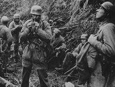 1944, Italie, Des parachutistes allemands (Fallschirmjäger) lors d'une pause pendant les combats | by ww2gallery