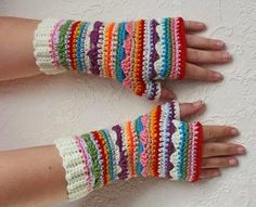 Vind je de dekens van Crochet Along 2014 mooi? Maar zie je het zelf niet zitten om een deken te haken? Je kunt met de steken ook leuke armwarmers maken. De armwarmers zien er dan vergelijkbaar uit als deze: Bron: Pinterest; Marian van Kooten-Stok Lekker...