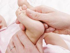 Auch Kinderfüße sehnen sich nach einem langen Tag mit Toben, Rennen und Spielen nach einem entspannenden Abschluss. Eine Fußmassage kann da wahre Wunder bewirken und verschafft dem Kind exklusive Zeit mit Mama oder Papa.
