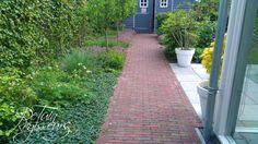 Pad van voor naar achter in gezinstuin te Alphen aan den Rijn. Tuinontwerp: De Tuinregisseurs Sidewalk, Pad, Side Walkway, Walkway, Walkways, Pavement