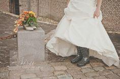 These booth are made for walking, weddingdress, weddingtime, Weddinglocation, trouwen, trouwjurk, bruiloft, bruidspaar, huwelijk, wedding, www.sisufotografie.nl, laarzen, boeket, bruidsboeket.