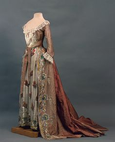 Court dress of Empress Maria Fyodorovna (State Hermitage Museum – St. Pete… Court dress of Empress Maria Fyodorovna (State Hermitage Museum – St. 18th Century Dress, 18th Century Clothing, 18th Century Fashion, Vintage Outfits, Vintage Gowns, Russian Fashion, Royal Fashion, Historical Costume, Historical Clothing