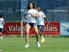 Marion Bartoli joga bola com jogadores do Olympique de Marseille (Foto: Divulgação/Site Oficial  Olympique de Marseille)
