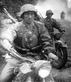 1941, Union Soviétique, Des motocyclistes de la Waffen-SS sur une route boueuse