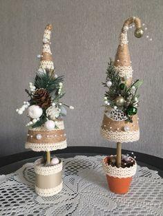 Christmas Tree Crafts, Mini Christmas Tree, Handmade Christmas Decorations, Rustic Christmas, Christmas Projects, Holiday Crafts, Christmas Holidays, Christmas Wreaths, Christmas Ornaments