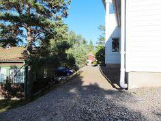 Norra sidan av huset sett från väster (däck + avskalat berg upp mot grunden längst till väster?)