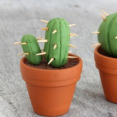 Use some modelling clay and toothpicks to create this cute miniature cacti! (German)