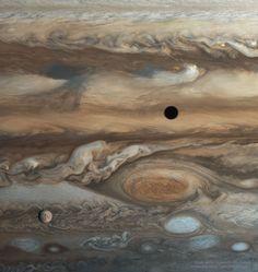 Esta espectacular foto es la imagen del día de la NASA. Se trata de un montaje de 16 imágenes tomadas por la sonda Voyager 1 a su paso por Júpiter. En la imagen, podemos ver la Gran Mancha Roja (casi en el centro de la imagen) y el satélite Europa, en la margen inferior izquierda. Tal día como hoy, hace 40 años, la sonda despegaba de la Tierra para convertirse, en la actualidad, en el objeto artificial más distante de nuestro planeta. #astronomia #ciencia