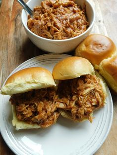 Easy slow cooker pulled chicken - Drizzle Me Skinny!Drizzle Me Skinny! Points Plus Recipes, Ww Recipes, Slow Cooker Recipes, Crockpot Recipes, Dinner Recipes, Cooking Recipes, Healthy Recipes, Slow Cooking, Light Recipes