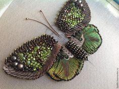 Продолжим творить! Сегодня мы сделаем верхние крылышки и туловище с головой и усиками. Для этой модели бабочки рисунок на крыле не требуется. Я покажу, как сделать одинаковые крылья, не прорисовывая детали. Часть первая >> Для вышивки крыльев я подобрала жемчужины болотного цвета. По три на каждое крыло. Размер около 5-ти мм. Граненые бусины коричневые и салатовые размер 3 мм.