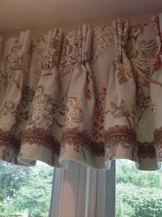 Inspiration-Decoration-pleated valance with trim Home Curtains, Valance Curtains, Burlap Curtains, Window Cornice Diy, Piano Living Rooms, Shabby Chic Rug, Door Coverings, Custom Window Treatments, Curtain Designs