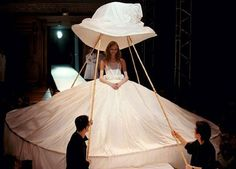 The big bride with giant muslin hat supported by bamboo canes - Yohji yamamoto show - Paris 1998