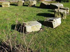 """Keltische Steinkreise kann man gut in einem Garten anlegen, aber auch wer keinen Garten hat, kann den keltischen Steinkreis sich selber gestalten. Man kann eine schöne runde Holzscheibe nehmen und dort die kleinen gesammelten Steinchen draufkleben. Am besten geht das mit einer Heissklebepistole. Wer """"natürlich"""" vorgehen möchte, nimmt Birkenteer (Rezept von dem Birkenteer stelle ich […]"""
