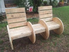 Another original piece from the creative minds at Pretty Pallets. A spool & pallet chair bench. Oversized chairs, low seat height, and a 5 degree slanted back makes the piece extremely comfortable. Wooden Spool Projects, Wooden Spool Tables, Wooden Spools, Diy Pallet Projects, Wire Spool, Wood Spool Furniture, Cottage Furniture, Diy Pallet Furniture, Furniture Ideas