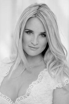 Lieke van Lexmond, Nederlandse beauty en presentatrice draagt meestal maar weinig sieraden. Hooguit een fijne zilverkleurige halssnoer. Meer is ook niet nodig met prachtige lange lokken en een lieflijke kanten top.