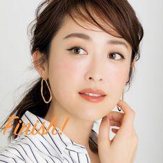 アイラインなしでまだいけると思っていませんか?アラフォーがマスターすべきアイラインの作り方まとめ | ファッション誌Marisol(マリソル) ONLINE 40代をもっとキレイに。女っぷり上々! Asian Woman, Brows, Beauty Makeup, Hoop Earrings, Lips, Make Up, Elegant, Women, Fashion