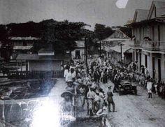 """Vista del Pueblo de Morovis para principios del Siglo XX, especificamente la Calle del Carmen. A la derecha se percibe la casa de """"Dona Giol"""" en donde hoy ubica la Alcaldia y a la izquierda la antigua Plaza de Recreo."""