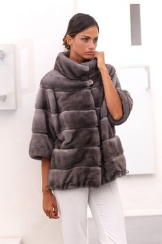 Blue Iris Female Mink coat with hooks and button at the collar. Giacca di…