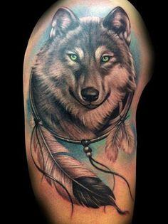 Lieve wolf met felle ogen in indianenstijl met adelaarsveren.