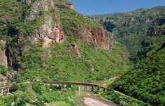 Train crossing bridge, Copper Canyon, Mexico (© Prisma Bildagentur AG/Alamy)