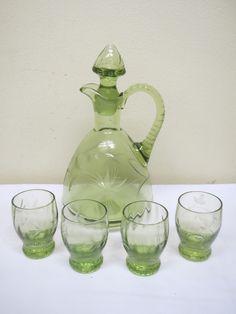 Kumela, Ilmari Kumela, upea karahvi ja lasit, 4 kpl.  Kaunis vihreä väri, ei tule kuvassa esille.  Ehjä kokonaisuus.  80 euroa.