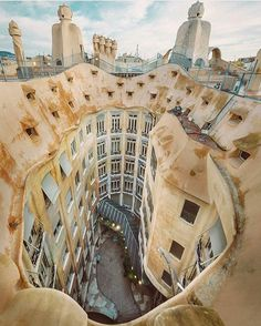 Image 2 of 26 from gallery of Barcelona City Guide: 23 Places to See in Gaudi's Birthplace. Casa Milà by Antoni Gaudí. Image Courtesy of Dicasvfale Architecture Design, Architecture Art Nouveau, Minimalist Architecture, Beautiful Architecture, Beautiful Buildings, Beautiful Places, Amazing Places, Famous Architecture, Building Architecture