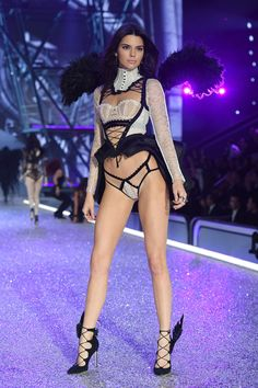 Kendall Jenner Goes Tropical Sexy for Victoria's Secret Fashion Show!: Photo Kendall Jenner slays as she hits the runway at the 2016 Victoria's Secret Fashion Show on Wednesday night (November in Paris, France. Victorias Secret Models, Show Victoria Secret, Victoria Secret Angels, Kendall E Kylie Jenner, Kardashian Jenner, Hot Lingerie, Fashion Lingerie, Vs Fashion Shows, Teen Fashion