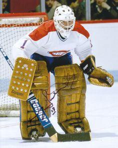 Le 9 octobre 1984, Doug Soetaert est échangé aux Canadiens par les Jets en retour du jeune Mark Holden qui n'avait joué que quatre matchs avec le tricolore jusque-là. En deux saisons avec le CH, le gardien de but enregistre une fiche de 25-16-6. Au début de la saison 1986-1987, Doug Soetaert retourne avec les Rangers de New-York. Il participe à 13 matchs, conservant une moyenne de buts accordés peu enviable de 5.16, ne remportant que 2 victoires. Il prend sa retraite à la fin de cette… Hockey Goalie, Hockey Games, Hockey Players, Ice Hockey, Montreal Canadiens, Nhl, Hockey Room, Goalie Mask, The Ch