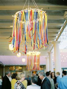23.08.14 : À la place des boules chinoises, faire des lustres de rubans qui reprennent ceux des centres de tables fleuris