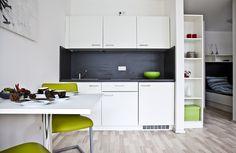 Die Wohnküche nimmt nicht viel Platz weg, lässt aber dennoch keine Wünsche offen Kitchen Cabinets, Home Decor, New Construction, Real Estates, Decoration Home, Room Decor, Kitchen Base Cabinets, Dressers, Kitchen Cupboards